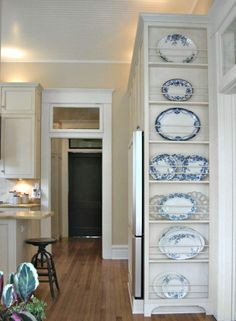 Feet on bottom of floor to ceiling Plate Rack  l  5 Favorite DIY Farmhouse Plate Racks