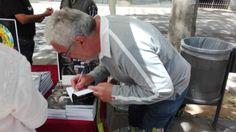 Firmando ejemplares de UN PLAN DE MIERDA en Sant Jordi 2017