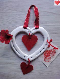 Cuore Portafortuna realizzato con ferri di cavallo usati colore bianco, decorazioni in feltro www.fb.com/RomantikPony