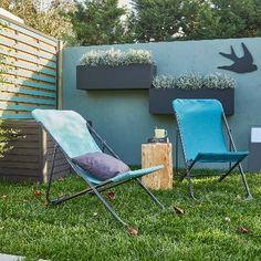 Abri de jardin : des rangements astucieux dedans et dehors   Leroy Merlin Outdoor Chairs, Outdoor Furniture, Outdoor Decor, Folding Chair, Color Azul, Beautiful Gardens, Sun Lounger, Bungalow, Diy And Crafts