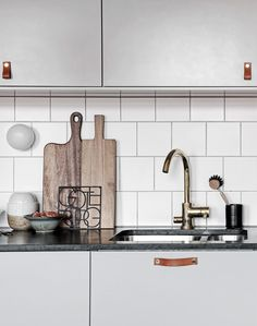 Characterful home with mineral walls kitchen kök Home Decor Kitchen, Home Decor Bedroom, Diy Kitchen, Subway Tile Kitchen, Subway Tiles, Chandeliers, Modern Decor, Rustic Decor, Classic Ceiling