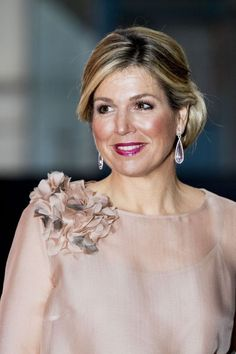 16 April 2018 - Queen Maxima attends premiere of 'The Color Purple Musical' in Amsterdam - blouse and trousers by Natan The Color Purple Musical, Dress Pesta, Queen Dress, Mom Dress, Coloured People, Queen Maxima, Business Dresses, Royal Fashion, Couture Dresses