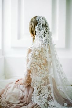 Off-white scalloped edge wedding veil with hand-se…Edit description