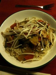 Tjap Tjoy (nooit Meer Van De Chinees) recept | Smulweb.nl Dutch Recipes, Asian Recipes, Ethnic Recipes, Work Meals, No Cook Meals, Quick Healthy Meals, Healthy Recipes, Asian Kitchen, Happy Foods
