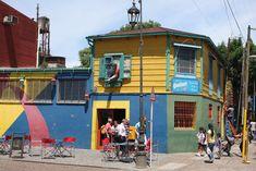 Se a alma de Buenos Aires é o tango, o corpo é La Boca, o bairro criado pelos colonos italianos e espanhóis que pintavam as suas casas com os restos das tintas deixadas pelos marinheiros. Os restos eram poucos e as casas começaram a ficar pintadas de várias cores, o que hoje lhes dá um …