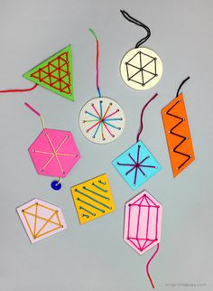 色紙にパンチで穴をあけ、糸や毛糸でソーイング。さまざまな色を使えば、こんな風にカラフルに仕上がります。どんなモチーフにしようか、ワクワク。