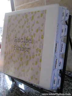 Recipe Binder Printables and a very nicely organized recipe book. I need ALL my recipes in one book. Do It Yourself Organization, Organization Hacks, Recipe Organization, Bookshelf Organization, Diy And Crafts, Paper Crafts, Do It Yourself Inspiration, Planning Budget, Menu Planning