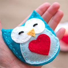 Helposti ommeltavasta huoparullasta teet myös suloiset kädenlämmittimet lahjaksi ystävällesi. Ujuta sisään riisiä ja ompele umpeen. Lämmäyttä mikrossa nopeasti ennen ulos lähtemistä ja sujauta tumpun sisään. Näin pysyy kädet lämpinä kovillakin pakkasilla. || Warm hands, warm hearts! Homemade Hand Warmers are a great gift for Valentine's Day! #valentinesday #valentines #valentine #love #hearts #ideas #diy #craft #gift #lahjaidea #huopa #felt