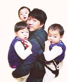 The mighty Song Il Kook carrying Daehan, Minguk, Manse with appa Cute Kids, Cute Babies, Song Il Gook, Superman Kids, Man Se, Song Daehan, Multiple Births, Song Triplets, Korean Babies