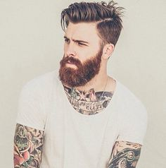 Long sur le dessus et dégradé sur le côté, raie sur le côté profonde. Coiffure décontractée homme, sur homme tatoué. // Long on the top and layered on the side, with a deep part on the side. Laid back hairstyle for men, on a tattooed guy.
