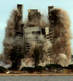 Demolition of 4 Seasons Hotel in Maputo, Mozambique (2007)