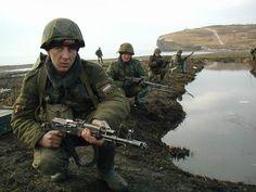 ロシア海軍歩兵  手前の人は鉄ヘル(まさかssh-40?)の下にNikeのニットキャップを被っている  まあロシア軍のヘルメットは防寒帽の上から被る前提なのでいいんでしょう #ロシア軍 pic.twitter.com/NSTWyavKsV