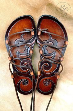 Leather Art, Leather Tooling, Cute Shoes, Me Too Shoes, Leather Sandals, Shoes Sandals, Flats, How To Make Shoes, Leather Projects