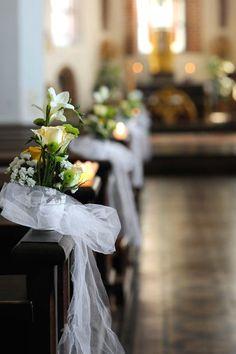 Tolle Kirchendeko mit ausgefallenen Blumen.