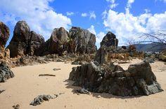 A rocky stretch of beach on Bali Hai (Black Beach). www.parkmyvan.com.au #ParkMyVan #Australia #Travel #RoadTrip #Backpacking #VanHire #CaravanHire