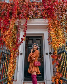 Autumn in London amazing house covered in fall coloured leaves on Wimpole Street Embracing all the autumnal colours in my favourite dress! Autumn Aesthetic, Red Aesthetic, Autumn Puns, London Instagram, London Travel, Cassie, Photo Art, Fall Outfits, Autumn Fashion