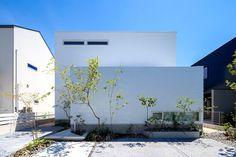 Minimalist House Design, Minimalist Home, Plant Design, White Houses, Model Homes, Urban Design, Landscape Architecture, Design Projects, Entrance