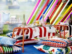 """Mit farbenfrohen Textilien und ein bisschen Hilfe von Mutter Natur bringen wir das Picknick im Park auf eine ganz neue Ebene. Bank """"Västerön"""" aus lackiertem..."""