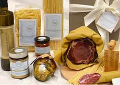 Lift the lid of this fine Hamper and see a heady set of Italian tastes and flavors. #salami #ham #parmigianoreggiano #pasta #sauce #oil #appetizer