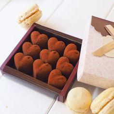 もうすぐバレンタイン。せっかくなら手作りチョコで感謝の気持ちを届けたいですよね。けれどお菓子作りが苦手という人も多いはず。今回は、そんな方でも簡単に作ることのできるチョコスイーツレシピをご紹介いたします。