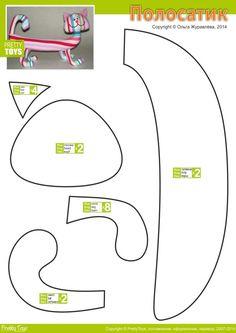 Для работы понадобится яркая полосатая ткань, причем расположение полосок большой роли не играет, тут главное яркость и сочность цветов. Все детали можно за несколько минут сшить с помощью машинки и потом, после набивки собрать в готовую работу.