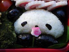 An adorable onigiri panda with a narutomaki flower in its paws. What a neat bento! Panda Love, Cute Panda, Panda Bear, Bento Recipes, Bento Ideas, Kawaii Bento, Little Lunch, Sushi Art, Bento Box Lunch