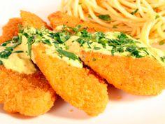 Receta de Pechugas Empanizadas a la Mostaza   Ricas pechugas de pollo empanizadas bañadas con una salsa especial y muy rica. Ideal para un menú del día a día.