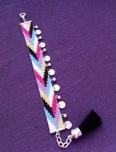 Bracelet Manchette Motif Chevrons noir, vert, turquoise, gris, blanc, rose et breloques.  sur Etsy, 22,00€