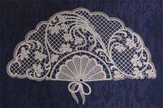 Cómo hacer abanicos de encaje de bolillos - PLANTILLAS ABANICOS BOLILLOS GRATIS - El Cómo de las Cosas Tambour Beading, Tambour Embroidery, Embroidery Patterns, Sewing Patterns, Irish Crochet, Crochet Lace, Crochet Stitches, Romanian Lace, Bobbin Lacemaking