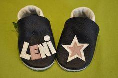 Lenis erste Krabbelpuschen haben einen Stern , ein persönliches Geschenk zur Geburt oder Taufe , Lederpuschen