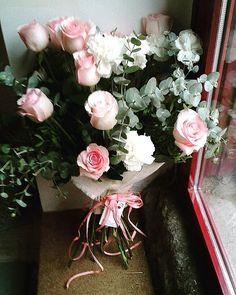 Comparte tus momentos #condeduquegente con nosotros. @flordelola2014  Esperando en la puerta para irse...#rosas y #clavelblanco #wild #bouquet. Que siga lloviendo!!! #Otoñoperfecto  #autumn #floristeriasconencanto #flowers #floristeriasmadrid #condeduquegente#flordelola #interiors#bridesmaids