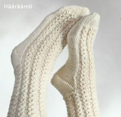 lace cable pattern for woolen socks + the instruction w/ clear pics (text in Finnish) Lace Socks, Knit Mittens, Crochet Slippers, Knitted Gloves, Knitting Socks, Knit Crochet, Woolen Socks, Sexy Socks, Knitting Magazine