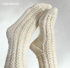 Kuvallinen neuleohje: Helppo mutta näyttävä neulekuvio ilman apupuikkoa esim. villasukkaan. Valepalmikko, pitsi-palmikko