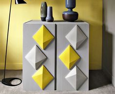 Donner du relief à un meuble en bois tout simple, c'est facile et très original si vous utilisez du carrelage. Explications.