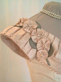 IMPERIAL ARILLA Saree Blouse Neck Designs, Simple Blouse Designs, Stylish Blouse Design, Dress Neck Designs, Bridal Blouse Designs, Sleeves Designs For Dresses, Techniques Couture, Designer Blouse Patterns, Passementerie