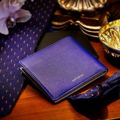 Leather men's wallet and ellegant men'n tie in dapper style. Participants of petituomo. Luxury Gifts For Men, Best Gifts For Men, Handmade Leather Wallet, Latest Mens Fashion, Fashion Fashion, Fashion Tips, Dapper Men, Men Style Tips, Silk Ties