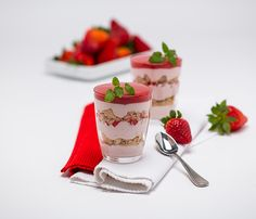 Erdbeermousse im Glas - QimiQ Schweiz Tiramisu, Panna Cotta, Yummy Food, Sweets, Cake, Ethnic Recipes, Desserts, Strawberries, Food Portions