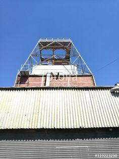 Rolltor und Wellblechverkleidung einer stillgelegten Fabrikanlage am alten Hafen in Münster in Westfalen im Münsterland