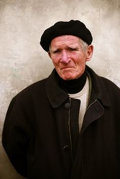 Great portrait photo by The Sartorialist. A Renaissance modern day look. Scott Schuman, Making Faces, Sartorialist, Story Characters, Looks Style, Men's Style, Cool Hats, Aging Gracefully, Portrait Photo