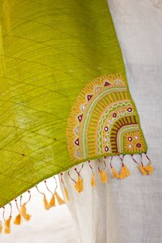 One of the most impressive textile NGOs in India is Kala Raksha, based in the Kutch region of Gujarat. Embroidery On Kurtis, Kurti Embroidery Design, Hand Embroidery Videos, Hand Embroidery Flowers, Hand Work Embroidery, Flower Embroidery Designs, Simple Embroidery, Hand Embroidery Stitches, Embroidery Techniques