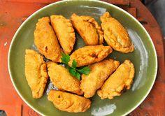 Indisch pasteitjes zijn gefrituurde hartige hapjes van gevuld deeg met vlees en groenten. De vulling kan je zelf bedenken, het mag niet te nat zijn.