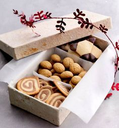 Great idea for presents. In a shoe box too. Danish Cuisine, Danish Food, Bakery Packaging, Cookie Packaging, Christmas Treats, Christmas Cookies, Danish Dessert, Danish Christmas, White Christmas