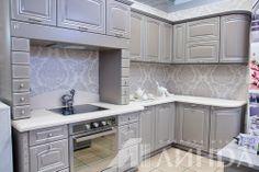 угловая кухня классика серая светлая патина серебро