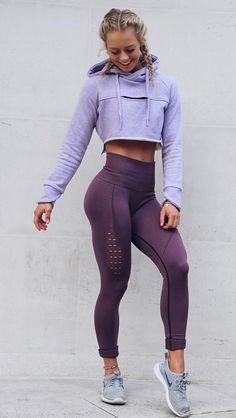 I freaking love gymshark active leggings! Gymshark Athlete, Becca Sills pairs her Purple Wash Energy Seamless leggings with the Cropped Raw Edge hoodie in Pastel Lilac. Legging Outfits, Leggings Outfit Fall, Yoga Outfits, Sport Outfits, Purple Leggings, Leggings Fashion, Running Outfits, Fitness Noir, Fitness Style