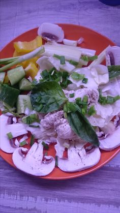 Филе грудки с овощами. Грудка на пару, овощи свежие, в том числе шампиньоны. Кидать можно все что угодно: любые салаты - шпинат, рукола, радичио, мангольд, корн - перцы, огурцы, сельдерей, зелень любая, капуста, брокколи, брюссельская, фасоль стручковая (вот ее лучше сварить, как и брокколи, конечно). В общем - если жестко режутся углеводы, вместо гречки приходят они - овощи. Помидоры, кстати, я вообще не использую никуда. С ними как-то сложно все.