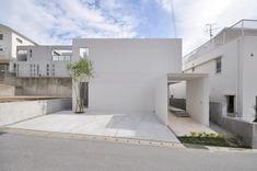 抜群の動線計画と光の取り入れ方によって一段とクオリティを高めた住宅を紹介したいと思います。沖縄の青い空に一段と映える真っ白な外観は抽象的なフォルムが印象的。でも中は驚くほど機能的なプランと素敵な光の演出で暮らしやすいお洒落な空間が広がります。こちらの住宅を手がけたのは門一級建築士事務所。