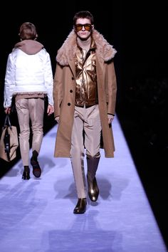 Tom Ford staged his first menswear show during New York Fashion Week Men's. The American designer not only presented his fall-winter 2018 collection but… Mens Fashion 2018, Men Fashion Show, Fall Fashion Outfits, Fashion Show Collection, Unisex Fashion, New York Fashion, Male Fashion, Trendy Fashion, Men's Collection