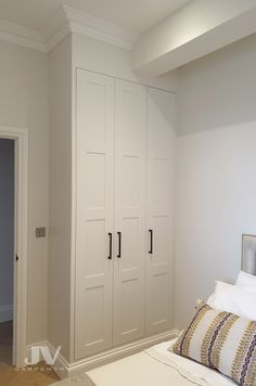Explore high quality bespoke fitted bedrooms, built-in wardrobes, alcove wardobes and other fitted furniture. Fitted wardrobes design and free quotation. Bedroom Built In Wardrobe, Fitted Bedroom Furniture, Closet Built Ins, Fitted Bedrooms, Wardrobe Room, Fitted Bedroom Wardrobes, Wardrobes For Small Bedrooms, Small Fitted Wardrobes, Traditional Fitted Wardrobes