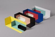 Kyuhyung Cho est un designer pluridisciplinaire et touche à tout d'origine coréenne qui vit et travaille à Stockholm. Devenu maitre dans la typographie, l'imagerie et le graphisme, il se lance dans la production d'objets. On adore tout particulièrement ses étagères colorées et minimalistes mais également ses patères aux formes simples et ludiques.