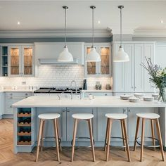 Absolutely loving this gorgeous kitchen made by @russelljmilligan.  Doesn't it look fab with the warm tones of that oak parquet floor.  We're smitten! 📸 @jacobsportfolio